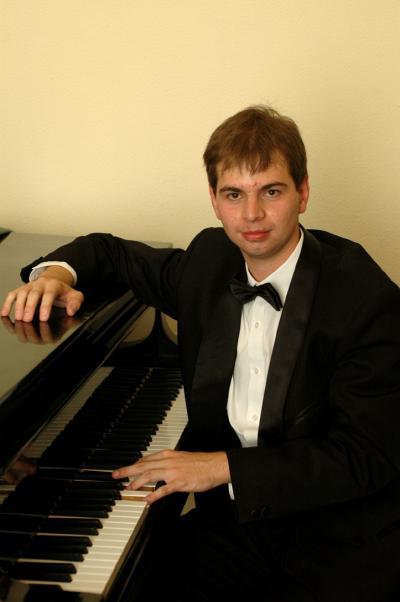 Borbély László a zongoránál_0